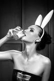 El modelo hermoso de la muchacha en una imagen de un conejo Imagen de archivo