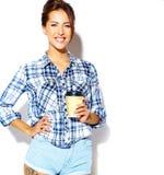 El modelo hermoso de la muchacha en verano casual viste sin maquillaje en el fondo blanco Imagenes de archivo