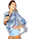 El modelo hermoso de la muchacha en verano casual viste sin maquillaje en el fondo blanco Foto de archivo