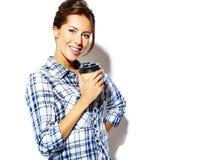 El modelo hermoso de la muchacha en verano casual viste sin maquillaje en el fondo blanco Imagen de archivo libre de regalías