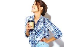 El modelo hermoso de la muchacha en verano casual viste sin maquillaje en el fondo blanco Fotos de archivo libres de regalías