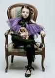 El modelo hermoso del niño de la muchacha en la ropa de moda que sostiene un conejo juega imagen de archivo libre de regalías