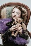 El modelo hermoso del niño de la muchacha en la ropa de moda que sostiene un conejo juega fotografía de archivo
