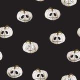 El modelo inconsútil con las calabazas blancas de Halloween talló caras en fondo negro Puede ser utilizado para el papel digital  ilustración del vector
