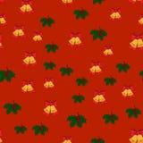 El modelo inconsútil de la Navidad con los cascabeles, y el acebo se va en fondo rojo, Fotografía de archivo libre de regalías