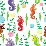 El modelo inconsútil de los niños de las figuras coloridas del seahorse y de las algas verdes en el fondo blanco ilustración del vector