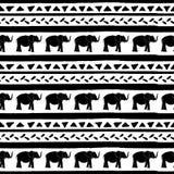 El modelo inconsútil del vector con los elefantes da rayas y triángulos exhaustos Rayas negras y triángulos exhaustos de la mano stock de ilustración