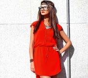 El modelo joven de la mujer del hippie en día soleado del verano en inconformista colorido brillante viste Foto de archivo