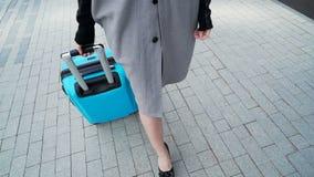 El modelo joven está caminando con el bolso del viaje para vacation almacen de video