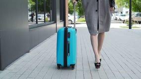 El modelo joven está caminando con un eup de los clos del equipaje almacen de metraje de vídeo