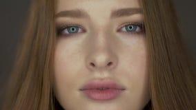 El modelo joven lindo presenta para la cámara almacen de metraje de vídeo