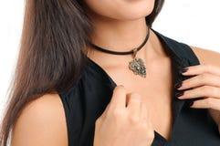 El modelo largo del pelo demostró el accesorio de la colección de la joyería de la primavera Foto de archivo libre de regalías