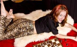 El modelo lindo juega a ajedrez Imagenes de archivo