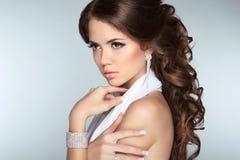 El modelo moreno atractivo de la muchacha con el pelo ondulado largo que diseña, hace Fotos de archivo