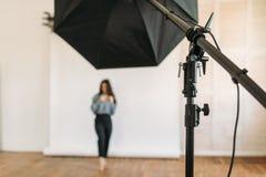 El modelo presenta en el estudio de la foto, fondo blanco imágenes de archivo libres de regalías