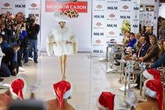 El modelo realiza el vestido de la piel de la nueva colección Foto de archivo