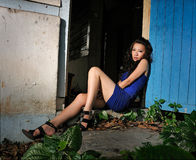 El modelo se sienta delante de casa de la ruina Imagen de archivo