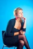 El modelo se sienta en una silla Fotos de archivo libres de regalías