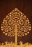 El modelo talla el oro de la onda y del árbol en la textura de madera Imágenes de archivo libres de regalías