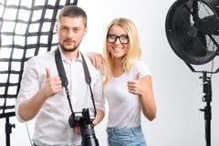 El modelo y el fotógrafo están sonriendo mientras que muestra Fotografía de archivo