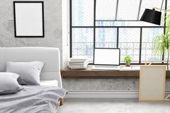 El modernos diseño concreto del dormitorio del desván del viejo con mofa del ordenador portátil del parque del trabajo para arrib Imágenes de archivo libres de regalías