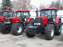 05 03 2016, el Moldavia, Chisinau: Nuevos tractores potentes rojos en la AGR Fotos de archivo libres de regalías