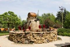 El MOLDAVIA, MILESTII MICI 2018 - puede 2018: fuente del vino fuera del lagar el 3 de agosto de 2012 en Milestii Mici, Moldavia Fotografía de archivo
