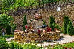 El MOLDAVIA, MILESTII MICI 2018 - puede 2018: fuente del vino fuera del lagar el 3 de agosto de 2012 en Milestii Mici, Moldavia Imagenes de archivo