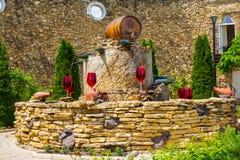 El MOLDAVIA, MILESTII MICI 2018 - puede 2018: fuente del vino fuera del lagar el 3 de agosto de 2012 en Milestii Mici, Moldavia Fotos de archivo libres de regalías