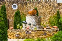 El MOLDAVIA, MILESTII MICI 2018 - puede 2018: fuente del vino fuera del lagar el 3 de agosto de 2012 en Milestii Mici, Moldavia Imagen de archivo libre de regalías