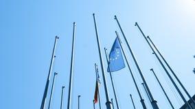 El Moldavia tricolor de la bandera azul, amarilla, y roja que agita al lado de la bandera europea almacen de metraje de vídeo