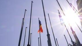 El Moldavia tricolor de la bandera azul, amarilla, y roja que agita al lado de la bandera europea almacen de video
