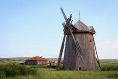 El molino de viento con las cuchillas quebradas Fotografía de archivo