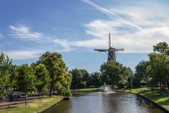 El molino de viento de Leiden sobre el canal Imagen de archivo libre de regalías