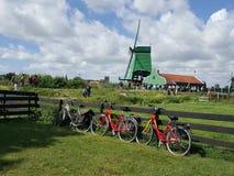 El molino de viento en Holanda está abrumando verde en naturaleza fotografía de archivo