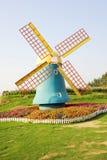 El molino de viento en jardín fotografía de archivo