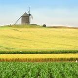 El molino de viento tradicional encima de la colina Fotos de archivo
