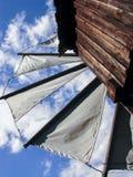 El molino de viento y el cielo azul Imagen de archivo