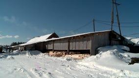 el molino en invierno produce los registros para la choza rusa almacen de metraje de vídeo