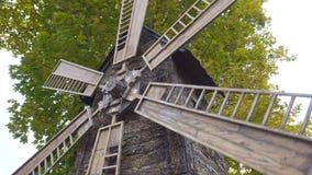 El molino que gira en el viento Ciérrese encima de molino viejo en el fondo de los árboles del otoño Herencia histórica del molin metrajes
