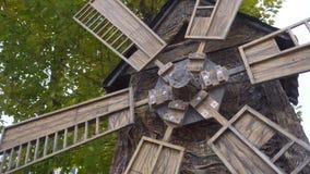 El molino que gira en el viento Ciérrese encima de molino viejo en el fondo de los árboles del otoño Herencia histórica del molin almacen de video
