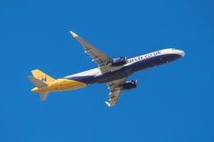 El monarca Airbus 321 está sacando del aeropuerto del sur de Tenerife el 13 de enero de 2016 Imagenes de archivo