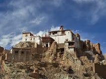 El monasterio budista de Basgo Gonpa se coloca encima de la montaña entre los outcroppings rocosos, debajo del cielo azul del ver Imagen de archivo libre de regalías