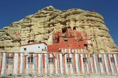 El monasterio budista Nifuk Gompa de la cueva en el pueblo de Chhoser, mustango superior Foto de archivo libre de regalías
