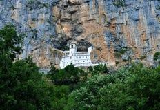 El monasterio construido dentro de la roca - monasterio de Ostrog - valle de Bjelopavlici foto de archivo libre de regalías