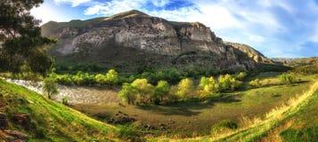 El monasterio de la cueva de Vardzia y la ciudad antigua en montaña oscila, Georgia Atracción principal Visión panorámica Fotografía de archivo