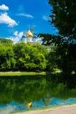 El monasterio de Novospassky se refleja en el agua moscú Rusia Imágenes de archivo libres de regalías