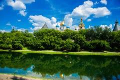 El monasterio de Novospassky se refleja en el agua moscú Rusia Foto de archivo libre de regalías