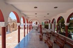 El monasterio de Panagia Kalyviani arqueó el patio en julio 25,2014 en la isla de Creta, Grecia El monasterio Imágenes de archivo libres de regalías