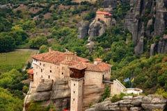 El monasterio de Rousanou o de St Barbara Monastery y el monasterio de San Nicolás en Meteora Fotos de archivo libres de regalías